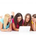 grupo de amigos, pesquisando na internet — Fotografia Stock  #43226251
