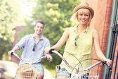 Young couple cycling together in the city — Foto Stock