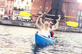 Young couple canoeing around the city — Foto Stock