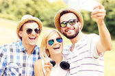 Group of friends taking a picture in the park — Stock Photo