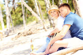 Romantic couple playing guitar at the beach — Stockfoto