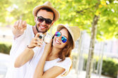Joyful couple taking pictures in the city — Stockfoto