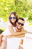 Lekfulla par i parken — Stockfoto