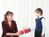 Kleinen Sohn gibt anwesend, um seine Mutter — Stockfoto
