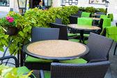 Tabellen in een zomerterras — Stockfoto