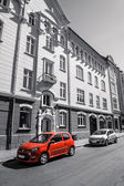 Red car in front of a hotel — Foto Stock