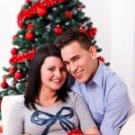 pareja feliz en el día de Navidad — Foto de Stock
