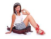 Frau im koffer — Stockfoto