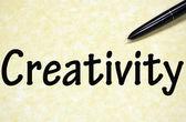 Creativiteit titel geschreven met pen op papier — Stockfoto