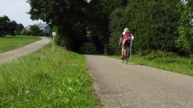Ciclista sportivo su una linea di biciclette — Video Stock
