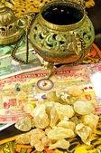 Olibanum with banknotes of Oman — Stock Photo