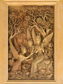 Andílci, dřevo řezbářských v thajském chrámu. — Stock fotografie