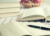 Knihy a svazků na stůl — Stock fotografie