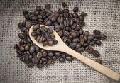 Kávová zrna na pytlovina — Stock fotografie