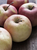 Apples on a wooden table. — Stock Photo
