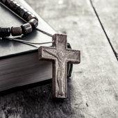 Krzyż na drewnianych powierzchni zbliżenie — Zdjęcie stockowe