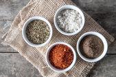 Pepřem, oreganem a kuchyňská sůl do misky — Stock fotografie