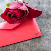 Red rose and love letter  — Stockfoto