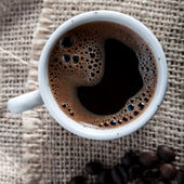 Freshly brewed mug of  black  coffee — Stock Photo