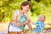 Mom and son have a picnic — Stock Photo