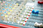 Mixeur de son tourne-disque dj en discothèque — Photo