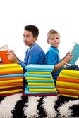 Dos jóvenes lectura — Foto de Stock