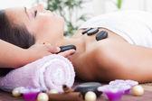 Een aantrekkelijke vrouw krijgen spa-behandeling — Stockfoto