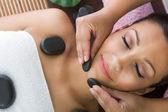 Beauté femme relaxante dans le spa. massage aux pierres. — Photo