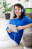 Ung modern flicka lyssna på musik med elektroniska tablett — Stockfoto