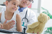 Doctor calms a young boy in office — Stock Photo