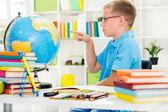 世界の地理学を勉強している少年 — ストック写真