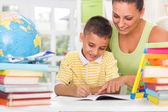 Uśmiechający się matka i syn studiuje — Zdjęcie stockowe