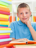 Smiling boy studying — Stock fotografie