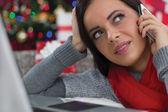 Frau mit handy an heiligabend — Stockfoto