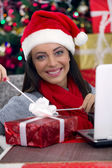Kobieta otwarcia prezent na noc bożego narodzenia — Zdjęcie stockowe