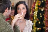 Casal comemorar a noite de natal — Foto Stock