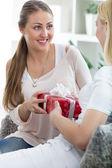 Neşeli kafkas kadın ona sürpriz arkadaş f hediye veriyor — Stok fotoğraf
