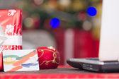 Tarjeta de crédito y lap top, navidad noche e-tienda concepto — Foto de Stock