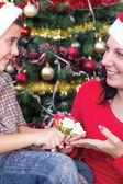 Familia feliz en la noche de Navidad — Foto de Stock