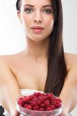 Zblízka usmívající se žena drží maliny — Stock fotografie