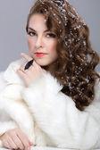 Krásná mladá žena s představují dlouhé hnědé vlasy — Stock fotografie
