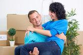 Coppia felice celebrando a trasferirsi in una nuova casa — Foto Stock