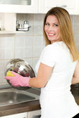 Housewife washing dishes — Stockfoto