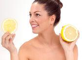 Vacker kvinna med hälften av citron — Stockfoto