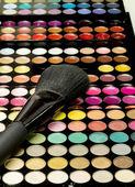 Makeup brushes and make-up eye shadows — Stockfoto