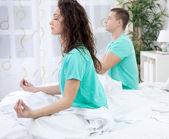 пара, размышляя вместе в их спальне — Стоковое фото