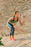 Mujer fitness lista para correr al aire libre — Foto de Stock