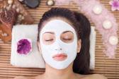 Yetişkin kadın kapalı göz güzellik bakımı spa merkezinde olması ile — Stok fotoğraf