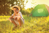 Lager im zelt - familie auf dem campingplatz — Stockfoto
