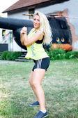 Frau genießen aerobic zumba fitness — Stockfoto